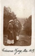Carte Photo Originale Alignement De 3 Jeunes Femmes En Manteaux & Chapeaux Au Sommet D'une Forêt En 1917 - Personnes Anonymes