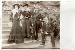 Carte Photo Originale Jeunes Couples Et Leurs Femmes élégantes Sur Des Escaliers Avec Boas & Chapeaux Melons 1900/10 - Personnes Anonymes