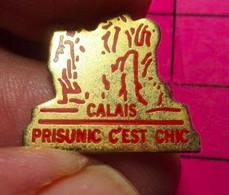 811H Pin's Pins / Beau Et Rare / THEME : MARQUES / MAGASIN CALAIS PRISUNIC C'EST CHIC BOURGEOIS STATUE - Marche