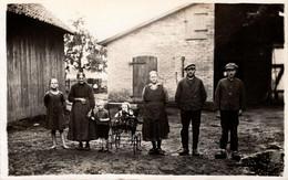 Carte Photo Originale Monde Paysan - Famille De Fermiers Posant En Sabot Dans La Cour De Ferme & Grange 1920/30 - Mestieri