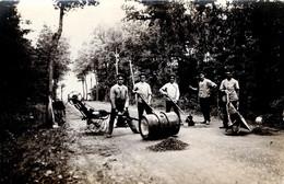 Carte Photo Originale Cantonniers - Groupe De Travailleurs Rebouchant Les Trous De La Route Ou Du Chemin Vers 1910/20 - Mestieri