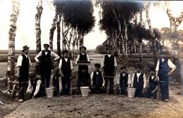 Carte Photo Originale Cantonniers - Groupe De Travailleurs Creusant La Route Et Outils Spéciaux Vers 1910/20 - Mestieri
