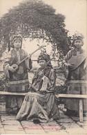 VIET-NAM  - COCHINCHINE - SAIGON  FAMILLES MUSICIENNES EN COSTUME DE THEATRE - Vietnam