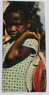 Carte Postale Années 80 SEYCHELLES  2 Timbres Jeune Fille Avec Poissons - Seychelles