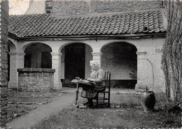 CPM - BRUGGE - Begijnhof.  In Het Klooster Van Het Begijnhuisje, Een Kantwerkster Aan Het Werk. - Brugge