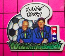 412E Pin's Pins / Beau Et Rare / THEME : SPORTS / FOOTBALL TF1 THIERRY ROLAND JEAN-MICHEL LARQUE - Football