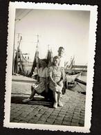 Photo Originale 9 X 6,5 Cm - 1947 - Blankenberghe - Famille Sur Le Port - Bateaux - Voir Scan - Places