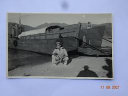 PHOTO PHOTOGRAPHIE MADAGASCAR ??? GENDARME ?? DEVANT PÉNICHE DE DÉBARQUEMENT - War, Military