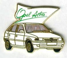 Pin's Voiture Automobile Opel Astra Blanche (signé Démons Et Merveilles) - Opel