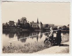 PHOTO ORIGINALE GELATINO ARGENTIQUE / GODINNE SUR MEUSE / MOTARD GILETTE MOTO AU BORD DE LA MEUSE / VUE SUR L'EGLISE - Yvoir