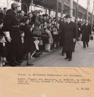 Photo Original De Presse Avec Texte Tapé A La Machine. Vichy Marechal Pétain Cérémonie Dominicale Des Couleurs  18X13cm - Vichy