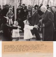 Photo Original De Presse Avec Texte Tapé A La Machine. Vichy Marechal Pétain Devant L' Hôtel Du Parc 18X13cm - Vichy
