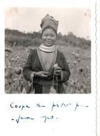 INDOCHINE/LAOS . 1950 .COUPE DU PAVOT PAR UNE JEUNE MEO - Lieux