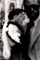 """Photo Originale Black People Devant Une Affiche De """" The Mexicano """" (Rudolph Grant) & Boa à Poil, Hippies 70's - Personnes Anonymes"""