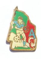 Pin's ACC - Joueur De Foot Maillot Bleu Et Short Blanc - Drapeau Du PORTUGAL - FF - K530 - Calcio