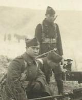 MILITARIA . PHOTO DE TROIS  SOLDATS BELGE PORTANT LE CALOT A FLOCHE  S 'OCCUPANT D UNE MITRAILLEUSE - Guerra, Militari