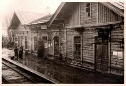 """Photo Originale Guerre 1939/45 Soldats Avec Brassards Sur Le Quai D'une Gare Chalet En Bois & Rails """" TENCK """" - Guerre, Militaire"""