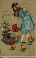 Belle Illustrée Gaufrée Et Dorée  : Petite Fille, Fleurs, Arrosoir Et Poussins - Pâques