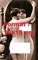 Reproduction D'une Photographie Ancienne D'une Jeune Femme Nue Devant Un Grand Miroir Ovale En 1930 - Reproductions