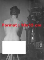 Reproduction D'une Photographie Ancienned'une Femme Nue De Dos Assise Sur Untabouret En Bois - Reproductions