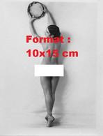 Reproduction D'une Photographie Ancienned'une Danseusenue De Dos Tenant à Bout De Bras Un Tambour - Reproductions