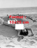 Reproduction D'une Photographie Ancienned'une Femme Nue Allongée Sur Le Dos Sur La Plage - Reproductions