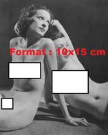 Reproduction D'une Photographie Ancienne De Deux Jeunes Femmes Nues Assises L'une Contre L'autre Sur Le Solen 1941 - Reproductions