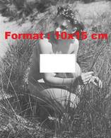 Reproduction Photographie Ancienne D'une Jeune Femme Nue Accroupie Dans Les Hautes Herbes En 1940 - Reproductions