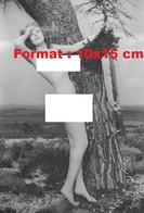 Reproduction D'unePhotographie Ancienne D'une Jeune Femme Nue Près D'un Arbre En 1940 - Reproductions