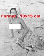 Reproduction D'unePhotographie Ancienne D'une Jeune Femme Asiatique Poitrine Nue Sur La Plage En 1950 - Reproductions