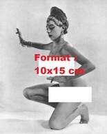 Reproduction D'unePhotographie Ancienne D'une Danseuse Orientale Nue En 1950 - Reproductions