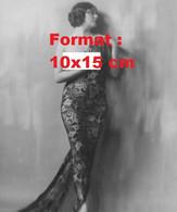 Reproduction D'une Photographie Ancienne D'une Femme Nue Avec Sur Elle Un Voile Imprimé En 1930 - Reproductions