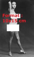 Reproduction Photographie Ancienne D'une Jeune Femme Nue, Bas Nylon Et Chaussures Posant Debout En 1930 - Reproductions