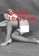 Reproduction Photographie Ancienne D'une Jeune Femme Nue, Avec Bas Et Chaussure Allongée Sur Un Coussin En 1930 - Reproductions