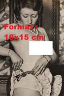 Reproduction Photographie Ancienne D'une Jeune Femme Nue Remettant Le Ruban De Ses Dessous En 1932 - Reproductions