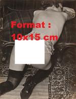 Reproduction Photographie Ancienne D'une Femme En Lingerie, Bas Et Hautes Bottes Noires à Genoux En 1932 - Reproductions
