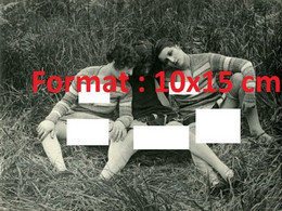 Reproduction Photographie Ancienne De Trois Femmes à Moitié Déshabillées Assises Sur L'herbe En 1930 - Reproductions