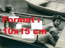 Reproduction Photographie Ancienne De Trois Femmes Nues Dans Une Barque Sur L'eau En 1935 - Reproductions