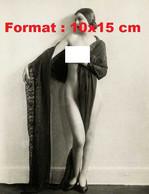 Reproduction D'une Photographie Ancienne D'une Jeune Femme Nue, Avec Chignon Et Une Main Sur Un Sein En 1927 - Reproductions