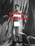 Reproduction D'une Photographie Ancienne D'une Jeune Femme Nue Posant Avec Des Voilages En 1929 - Reproductions