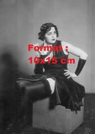Reproduction D'une Photographie Ancienne D'une Femme Robe Noire, Bas Noirs, Tenant Une Cigarette En 1935 - Reproductions