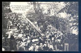 Cpa Du 56 Le Faouët Es Escaliers De La Chapelle Sainte Barbe Pendant La Messe    AVR21-03 - Faouët