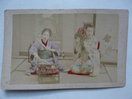 PHOTO ANCIENNE JAPON Sur Support Cartonné : Scène Animée - Geishas Et Instruments De Musique - Antiche (ante 1900)