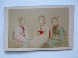 PHOTO ANCIENNE JAPON Sur Support Cartonné : Scène Animée - Trio De Geishas - Antiche (ante 1900)