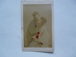 PHOTO ANCIENNE JAPON Sur Support Cartonné : Scène Animée - Duo De Geishas - Antiche (ante 1900)