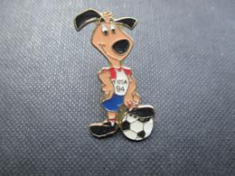 PIN'S (M2114) WORLD CUP USA 94 (2 Vues) Mascotte Une Patte Posée Sur Une Balle - Calcio