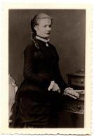 Reproduction Ancienne De Photo Très Ancienne Jolie Adolescente Au Secrétaire à L'éventail Vers 1870 - Reproductions