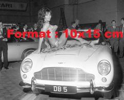Reproduction Photographie Ancienne D'une Femme En Bikini Posant Sur Le Capot D'une DB5 à Un Salon Automobile - Reproductions