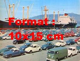 Reproduction Photographie Ancienne D'un Parc De Coccinelle VW Dans Un Port Près D'un Navire - Repro's