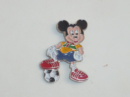Pin's MICKEY FOOTBALLEUR - Disney